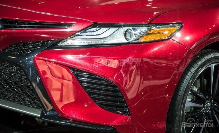 Đánh giá xe Toyota Camry 2018: Đèn pha tinh chỉnh mới.