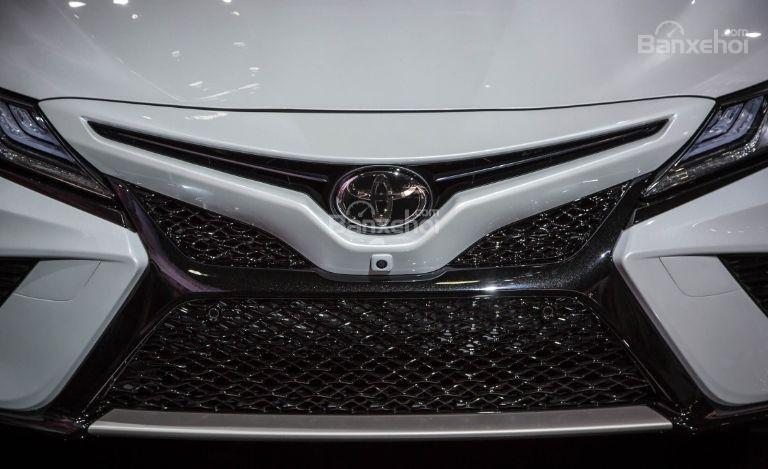 Đánh giá xe Toyota Camry 2018: Lưới tản nhiệt phía trước được chia làm 2.