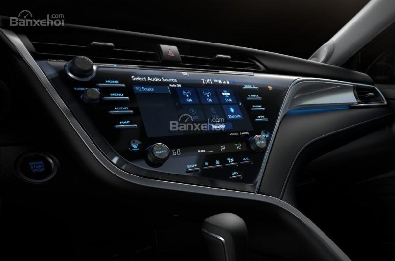 Đánh giá xe Toyota Camry 2018: Xe sở hữu nhiều tiện ích hữu dụng.