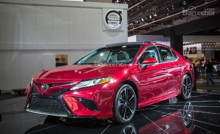 Đánh giá xe Toyota Camry 2018: Thiết kế đầu xe khá bắt mắt.