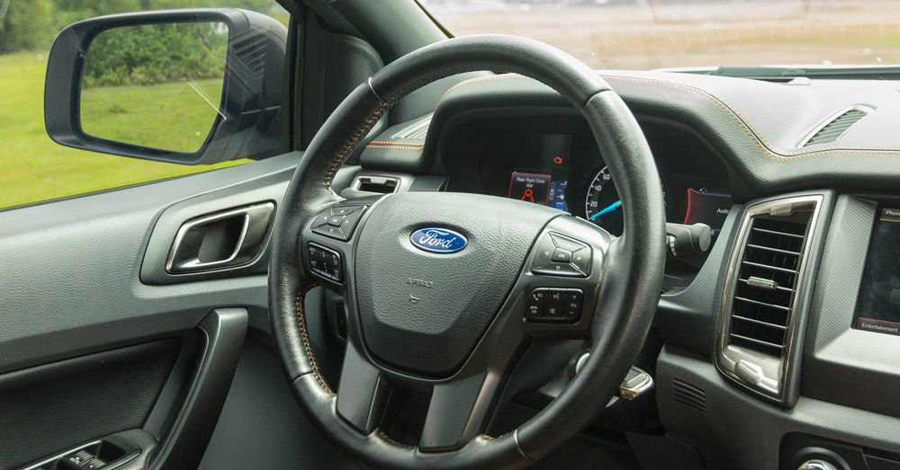 So sánh Chevrolet Colorado 2017 và Ford Ranger 2017 về vô-lăng 2
