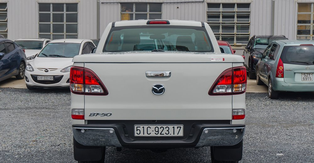 So sánh đuôi xe Mitsubishi Triton MIVEC 2017 và Mazda BT-50 2016 2
