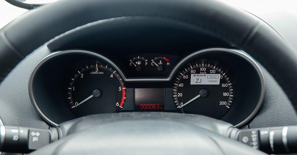 So sánh Mitsubishi Triton MIVEC 2017 và Mazda BT-50 2016 về đồng hồ 2
