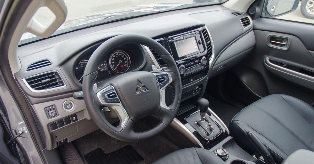 So sánh Mitsubishi Triton MIVEC 2017 và Mazda BT-50 2016 về táp-lô.