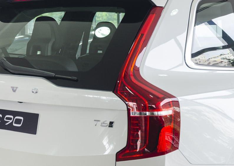 Đánh giá Volvo XC90 2017 có đèn hậu LED uốn lượn và to dần xuống phía dưới.