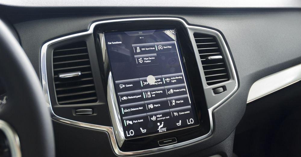 Đánh giá xe Volvo XC90 2017 có màn hình trung tâm cảm ứng điều khiển các thiết bị trên xe.