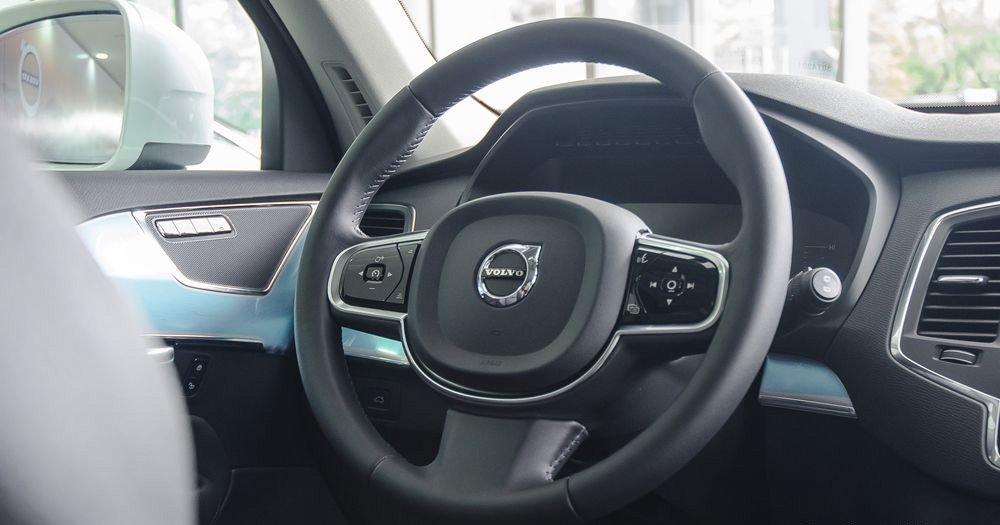 Đánh giá xe Volvo XC90 2017 có vô lăng 3 chấu bọc da đậm chất tinh tế.