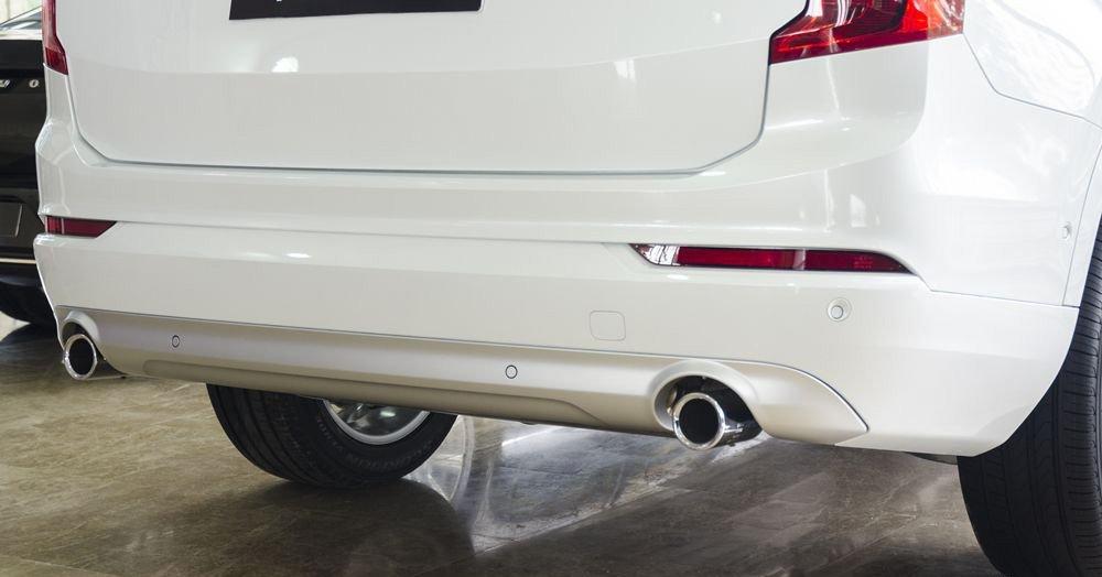 Đánh giá Volvo XC90 2017 có hai ống xả với miệng ống tròn được mạ crom bóng bảy.