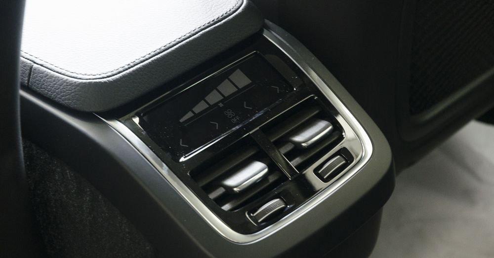 Đánh giá xe Volvo XC90 2017 có điều hòa tự động 4 vùng lấy gió riêng biệt.