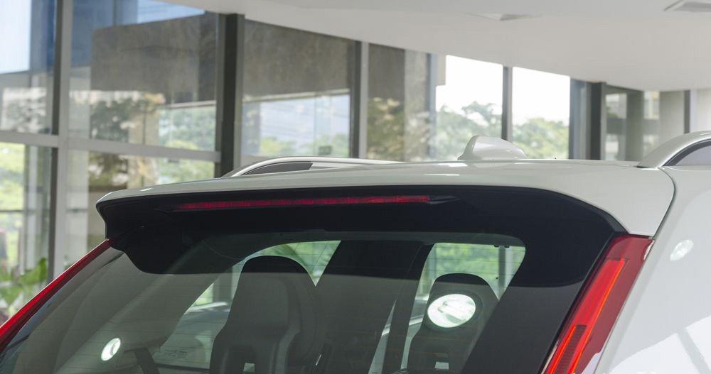 Đánh giá Volvo XC90 2017 có đèn phanh phụ nằm trên đuôi gió trông xe thể thao hơn.