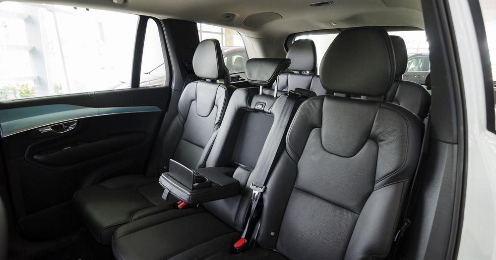 Đánh giá xe Volvo XC90 2017 có hàng ghế thứ 2 với 3 chỗ ngồi, ghế giữa có khay để ly.