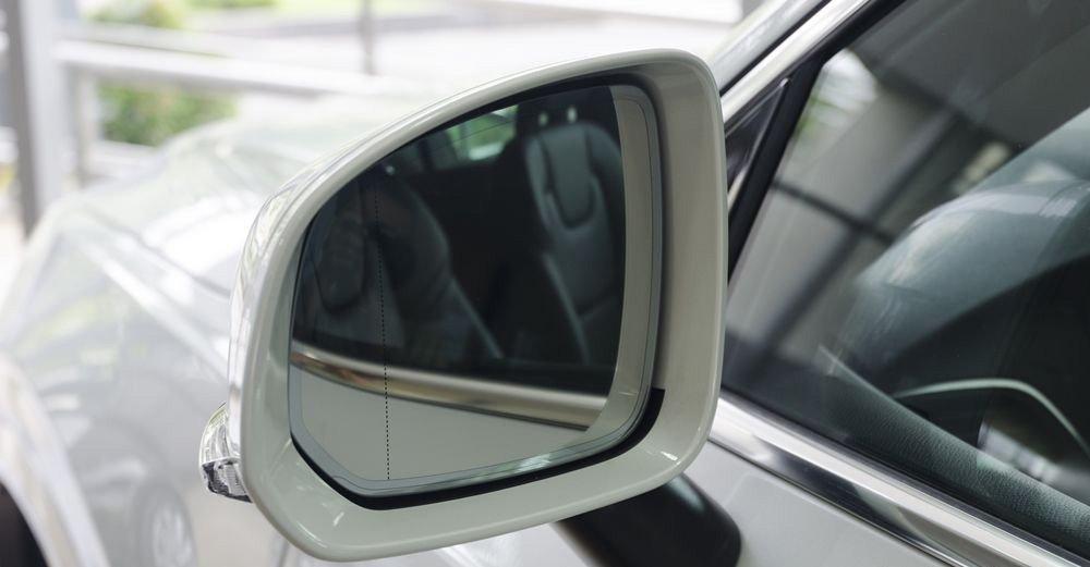 Đánh giá xe Volvo XC90 2017 có gương chiếu hậu ngoài tích hợp xi nhan và chắn mưa.