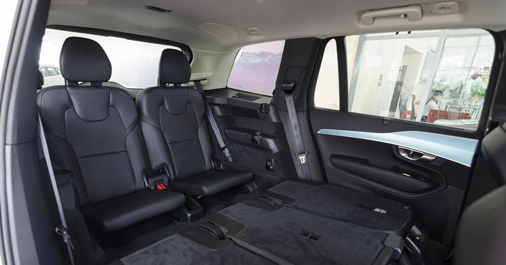 Đánh giá xe Volvo XC90 2017 có hàng ghế thứ 2 và thứ 3 có thể gấp gọn nhường không gian chứa đồ.