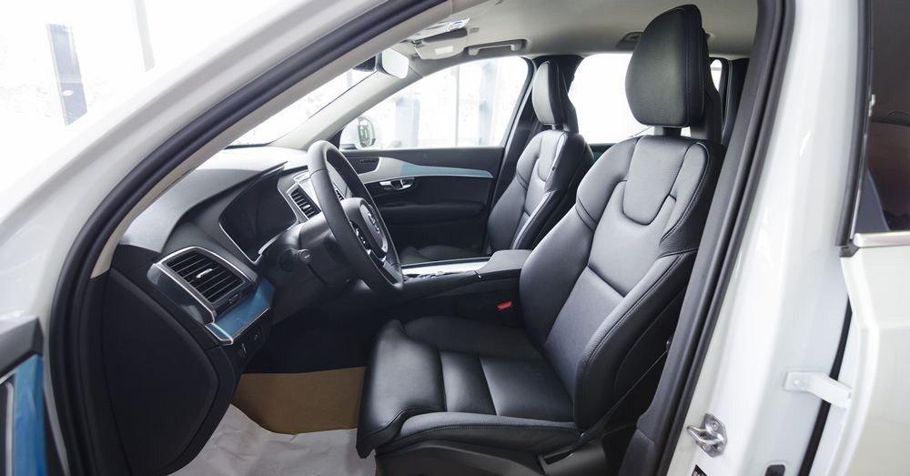 Đánh giá xe Volvo XC90 2017 có hàng ghế trước thiết kế dạng ôm với các gân thể thao.