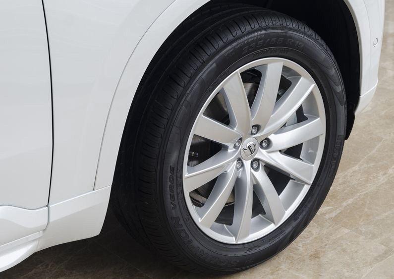 Đánh giá xe Volvo XC90 2017 có la zăng 19 inch đa chấu.