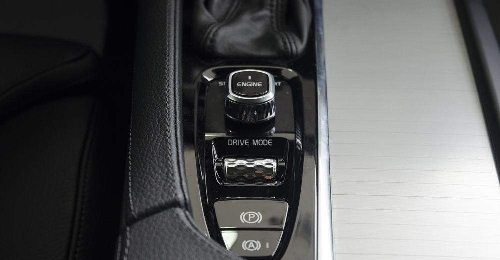Đánh giá xe Volvo XC90 2017 tích hợp các phím chức năng giúp lái xe dễ dàng và an toàn.