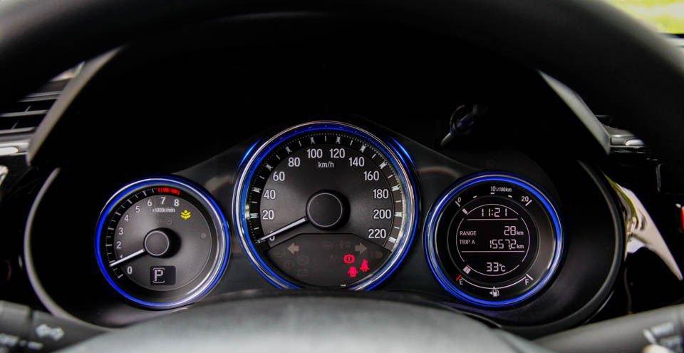 So sánh xe Honda City 2017 và Hyundai Accent 2017 về đồng hồ xe.
