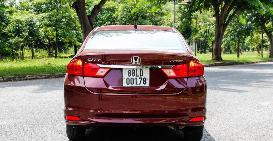 So sánh xe Honda City và Mazda 2 Sedan về đuôi xe .