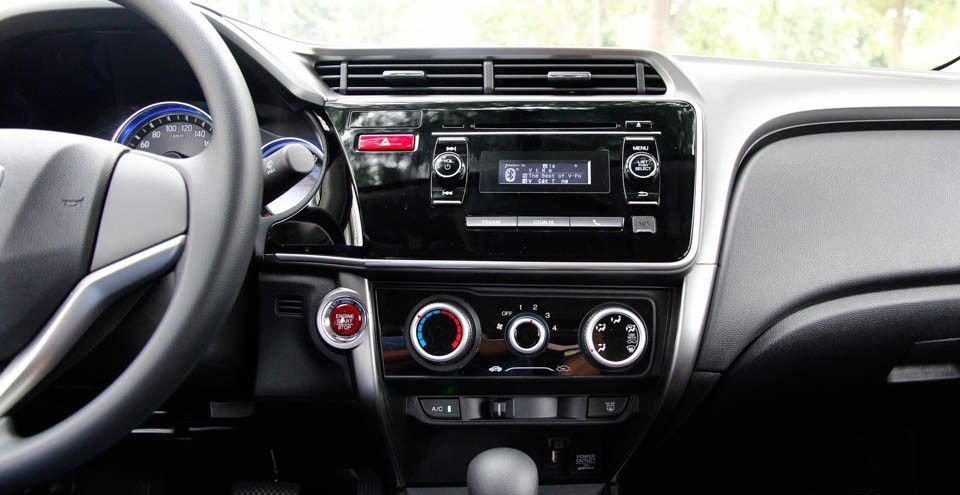 So sánh xe Honda City và Mazda 2 Sedan về trang bị giải trí.
