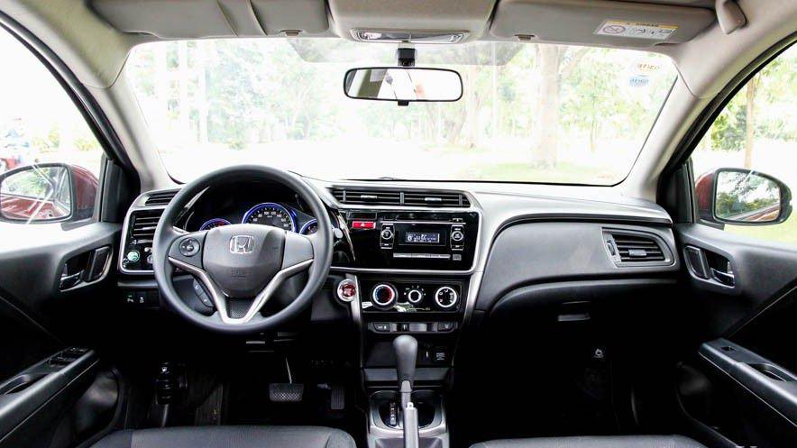 So sánh nội thất xe Honda City 2017 và Mazda 2 Sedan.