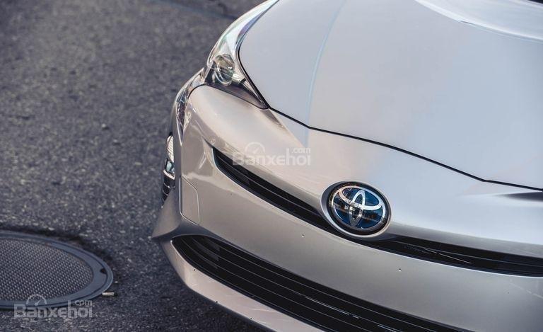 Đánh giá xe Toyota Prius 2017: Đầu xe hiện ít thẳng đứng hơn.