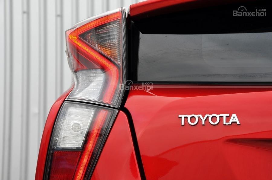 Đánh giá xe Toyota Prius 2017: Đèn hậu LED hình chữ V .