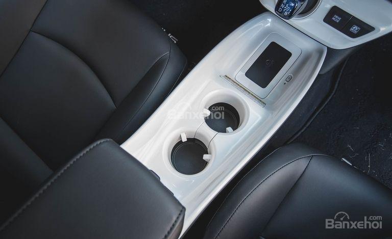 Đánh giá xe Toyota Prius 2017: Các hộc chứa đồ trong khoang cabin a1