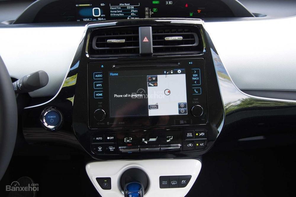 Đánh giá xe Toyota Prius 2017: Hệ thống thông tin giải trí với màn hình 6,1 inch tiêu chuẩn.
