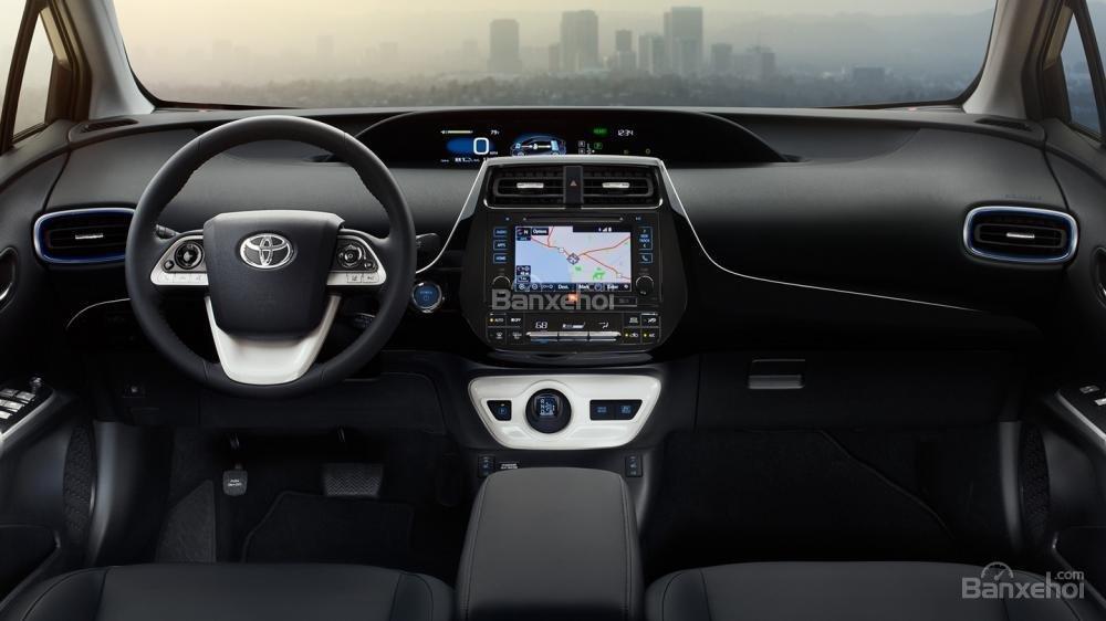 Đánh giá xe Toyota Prius 2017: Bảng điều khiển trugn tâm với bề mặt mềm mại, cao cấp hơn.