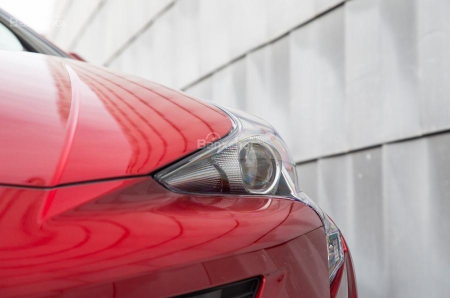 Đánh giá xe Toyota Prius 2017: Đèn pha LED sắc nét.