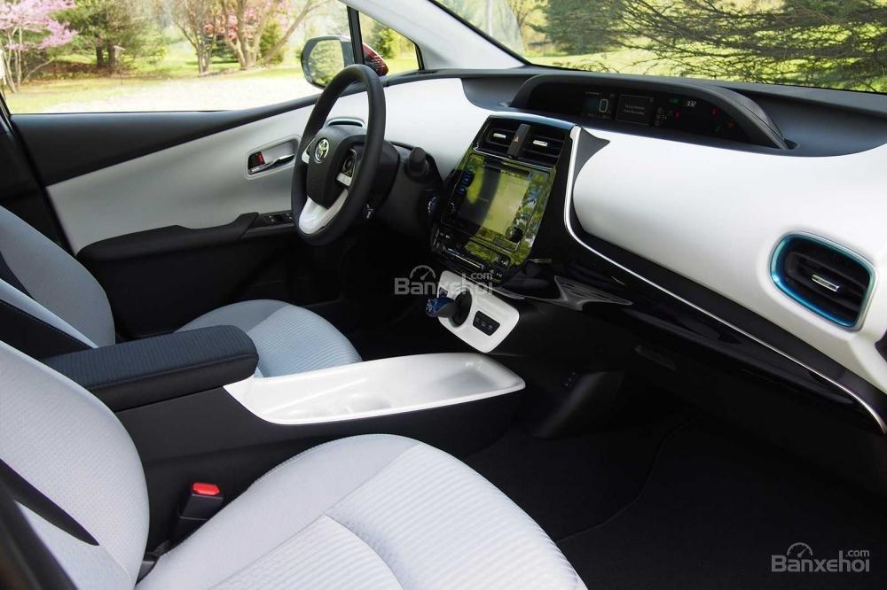 Đánh giá xe Toyota Prius 2017: Khoang nội thất trưởng thành hơn và đẹp hơn trước.