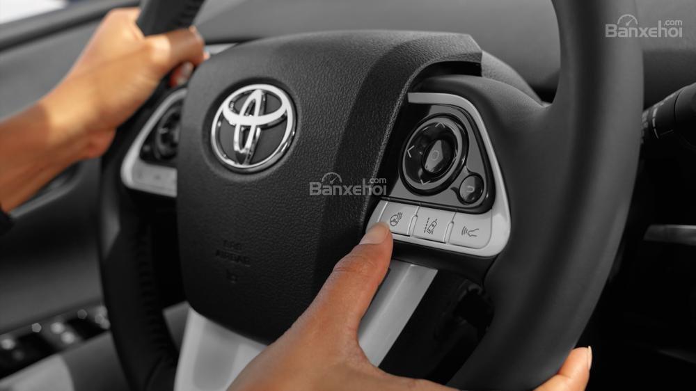 Đánh giá xe Toyota Prius 2017: Vô-lăng nhấn nhá các mảng màu sáng bắt mắt.