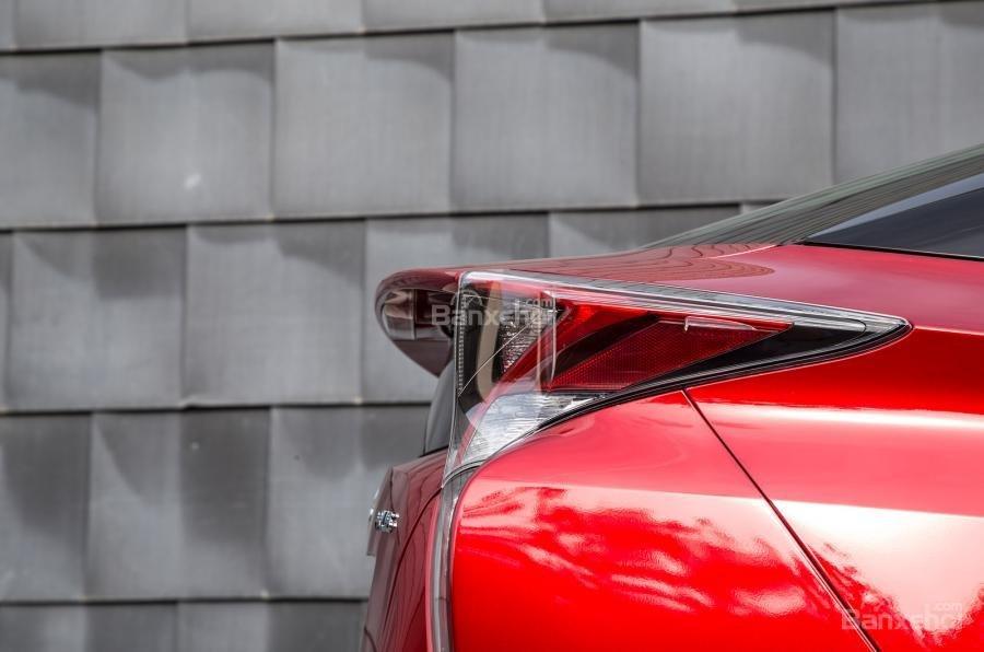 Đánh giá xe Toyota Prius 2017: Đuôi xe có dáng cao hơn.