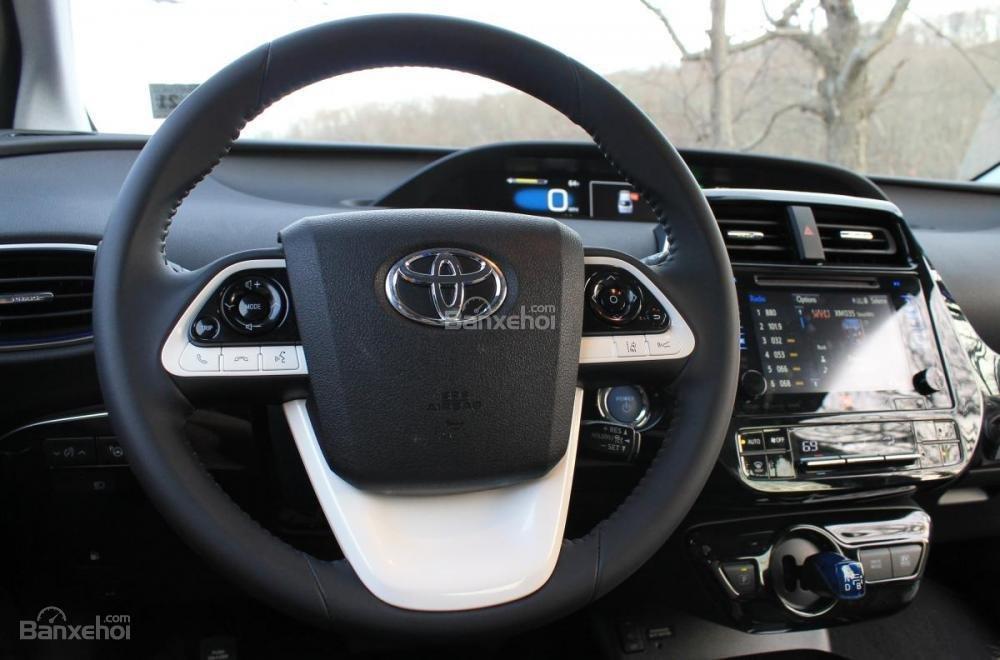 Đánh giá xe Toyota Prius 2017: Vô-lăng 3 chấu tích hợp các nút bấm chức năng a1