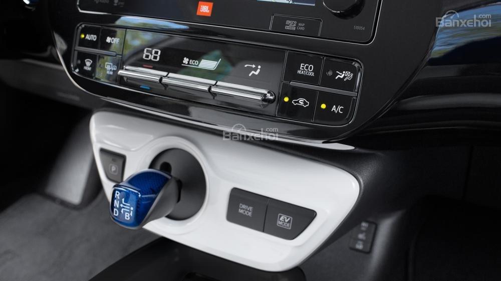 Đánh giá xe Toyota Prius 2017: Cụm cần số thiết kế hoàn toàn khác biệt,