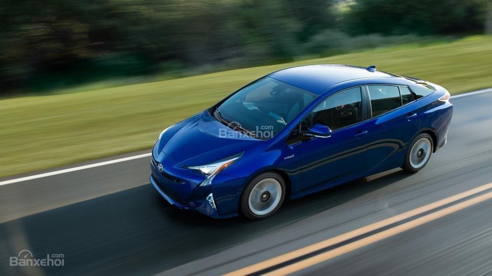 Toyota Prius 2017 có mức tiêu thụ nhiên liệu ấn tượng chỉ khoảng 4,5 lít/100km.