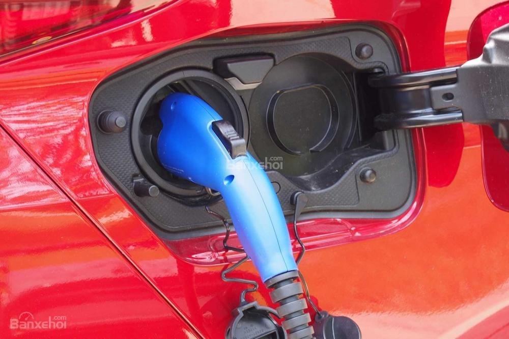Đánh giá xe Toyota Prius 2017: Vị trí nạp nhiên liệu.