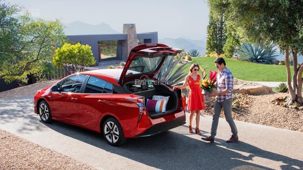 Đánh giá xe Toyota Prius 2017: Khoang hành lý rộng hơn phiên bản trước.