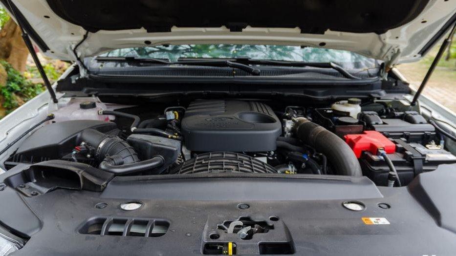 So sánh khả năng vận hành xe Mitsubishi Pajero Sport 2017 và Ford Everest 2017: Khi động cơ nhỏ có võ 2
