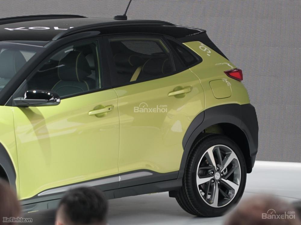 Đánh giá xe Hyundai Kona 2018: Thiết kế cửa sổ phía sau hơi vát và tay nắm cửa thiết kế nổi.