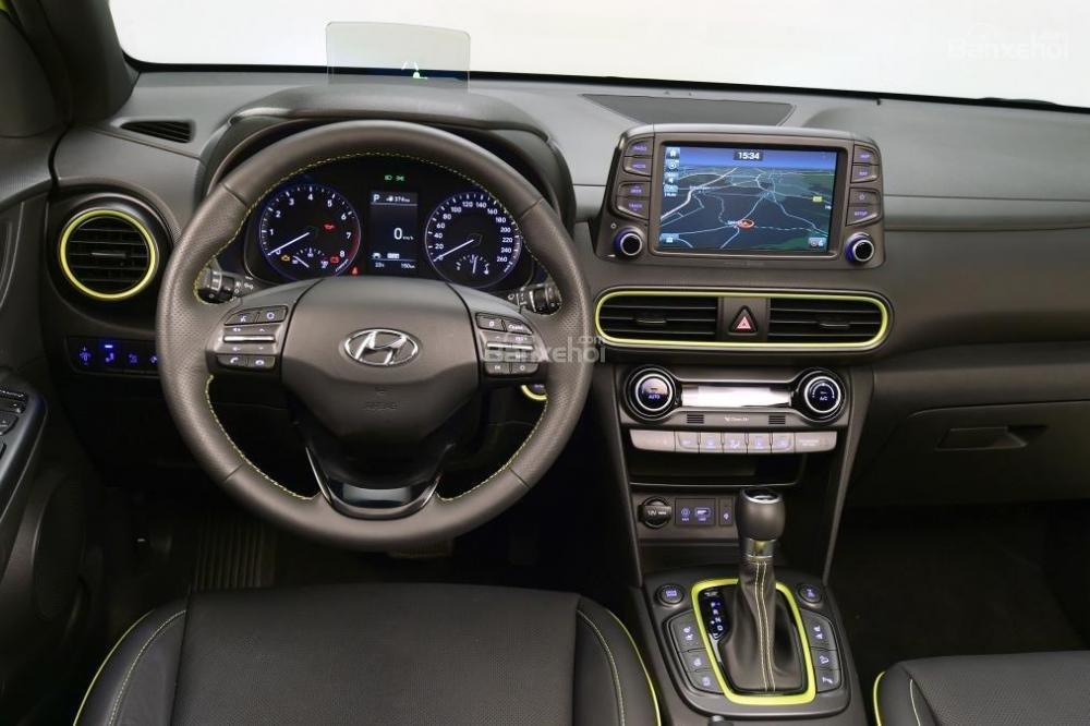 Đánh giá xe Hyundai Kona 2018: Vô lăng xe bọc da.