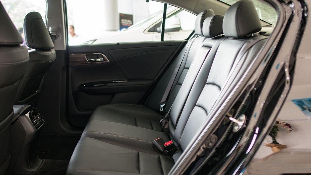 Đánh giá xe Honda Accord 2017: Hàng ghế sau có giá để cốc và có nút điều chỉnh âm lượng loa h44