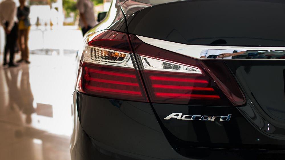 Đánh giá xe Honda Accord 2017: Cận cảnh đuôi xe  863q