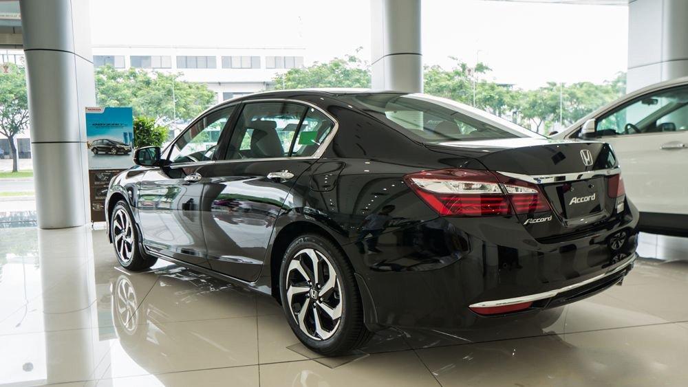 Đánh giá xe Honda Accord 2017: Đuôi xe phía sau thiết kế khá bắt mắt j766