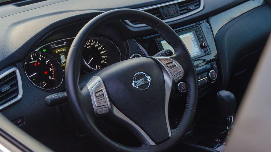 So sánh xe Hyundai Santa Fe 2017 và Nissan X-Trail 2017 về vô-lăng 2