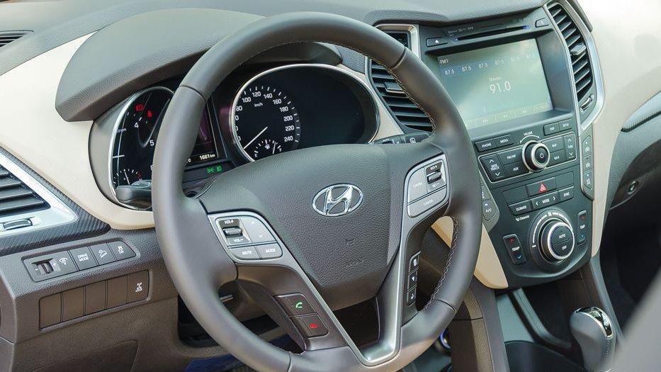 So sánh xe Hyundai Santa Fe 2017 và Nissan X-Trail 2017 về vô-lăng.