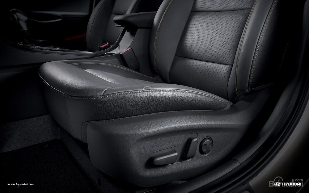 Đánh giá xe Hyundai Ioniq Hybrid 2017: Ghế lái chỉnh điện và có khả năng ghi nhớ vị trí .