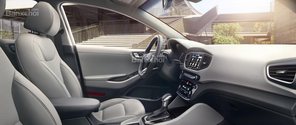 Đánh giá xe Hyundai Ioniq Hybrid 2017: Thiết kế bảng táp lô lấy sự đơn giản làm chủ đạo.