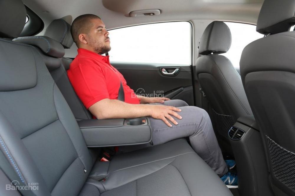 Đánh giá xe Hyundai Ioniq Hybrid 2017: Hàng ghế sau đủ chỗ cho 3 người.