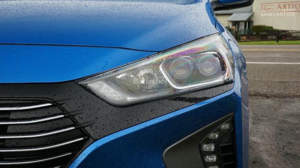 Đánh giá xe Hyundai Ioniq Hybrid 2017: Đèn pha Bi-Xenon sắc sảo.
